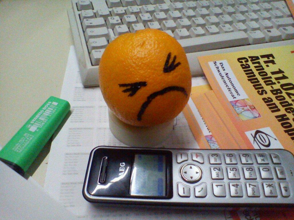 Eine Orange mit aufgemalten Gesicht