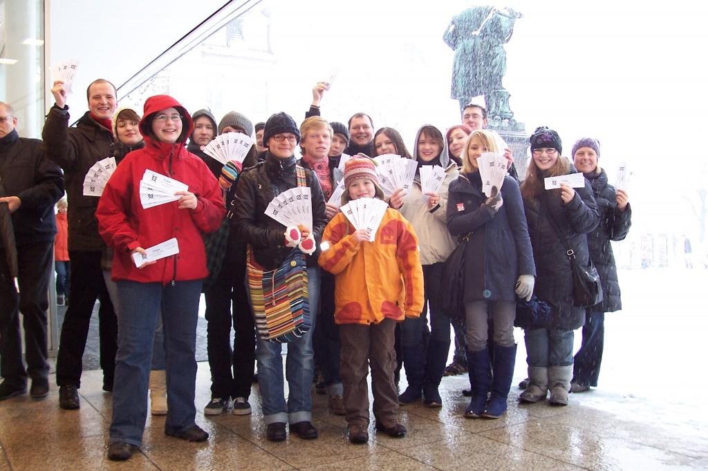 Teilnehmer des Smart Mobs am Opernplatz Kassel